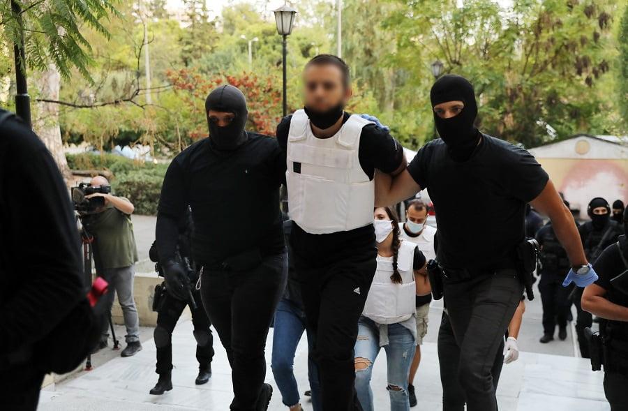 Δείτε τους τρεις τρομοκράτες της γιάφκας στο Κουκάκι κατά την προσαγωγή τους στην Ευελπίδων (video)
