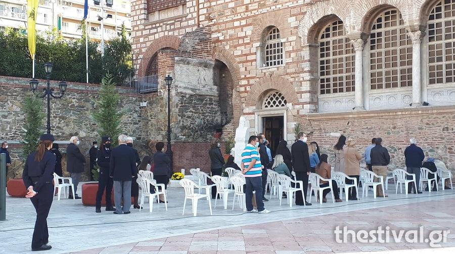 Με πενήντα πιστούς εντός του Ναού μάσκες και… ουρές η πανηγυρική Θεία Λειτουργία στον Άγιο Δημήτριο (φωτο) , φωτογραφία-2