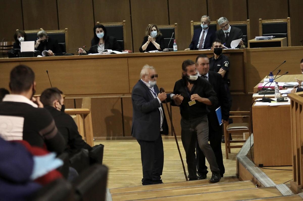Δίκη Χρυσής Αυγής: O Μπαρμπαρούσης πήγε στο δικαστήριο τον πατέρα του για να σωθεί από τη φυλακή