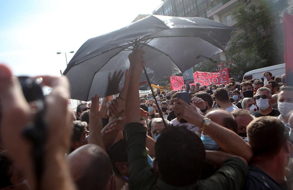 Διαδηλωτές προπηλάκισαν τον Τσίπρα - Του πέταξαν καφέδες και κινήθηκαν εναντίον του (φωτο)