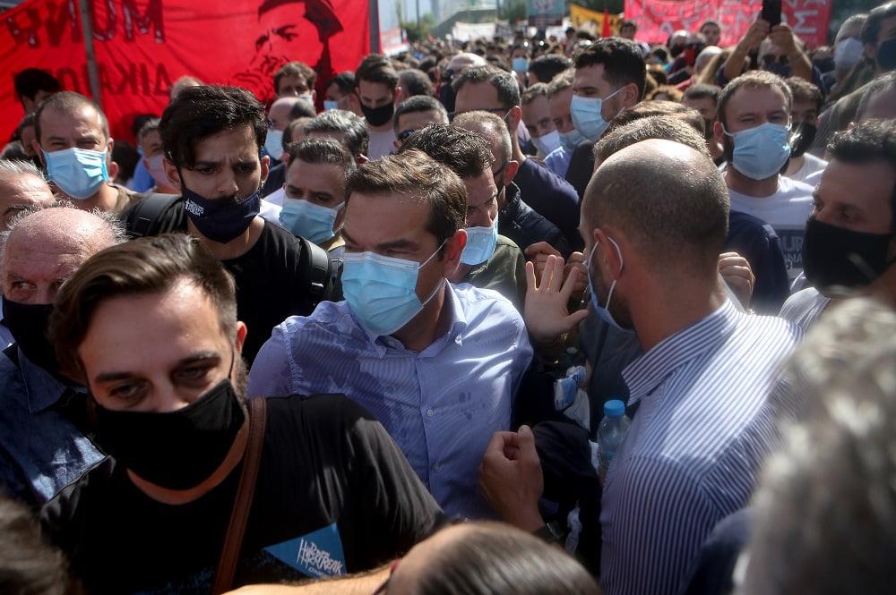 Διαδηλωτές προπηλάκισαν τον Τσίπρα – Του πέταξαν καφέδες και κινήθηκαν εναντίον του (φωτο), φωτογραφία-3