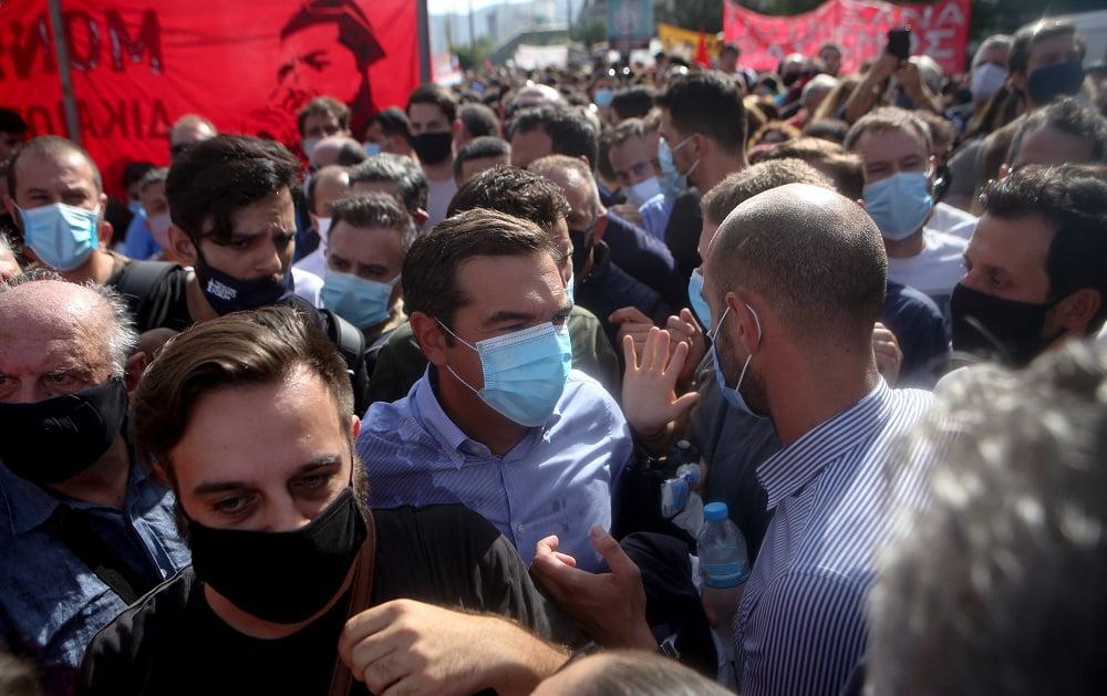 Διαδηλωτές προπηλάκισαν τον Τσίπρα – Του πέταξαν καφέδες και κινήθηκαν εναντίον του (φωτο), φωτογραφία-2