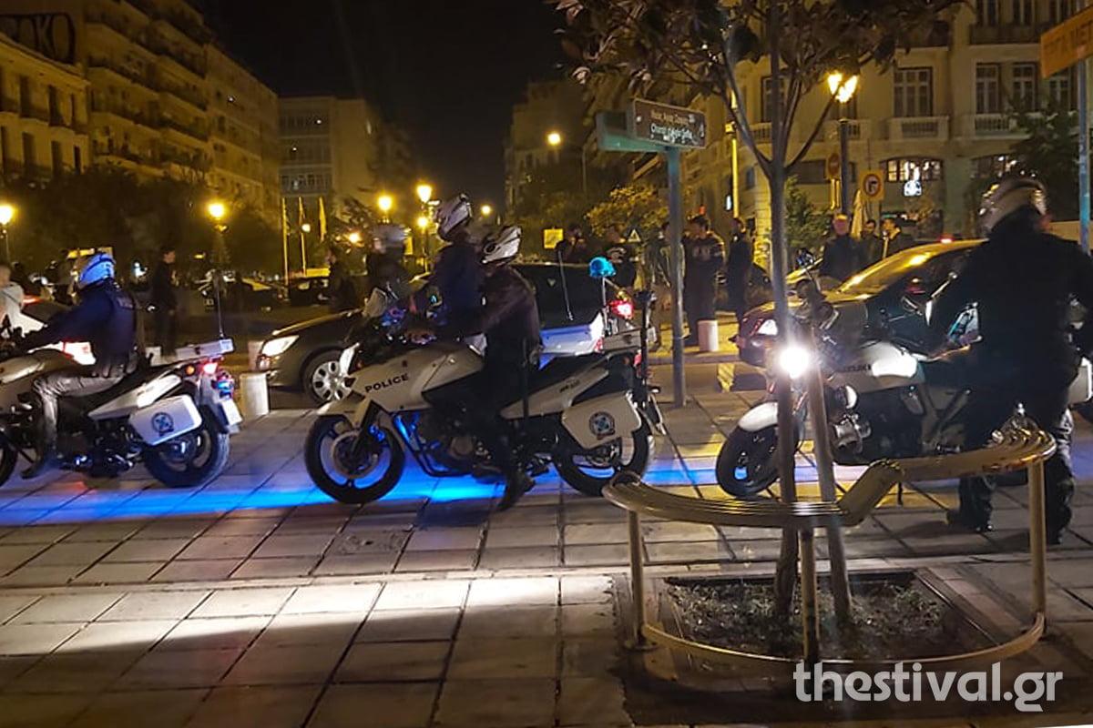 Βραδιά συνωστισμού στη Θεσσαλονίκη – Επεμβάσεις της Αστυνομίας για νέες και νέους που αγνόησαν τα μέτρα