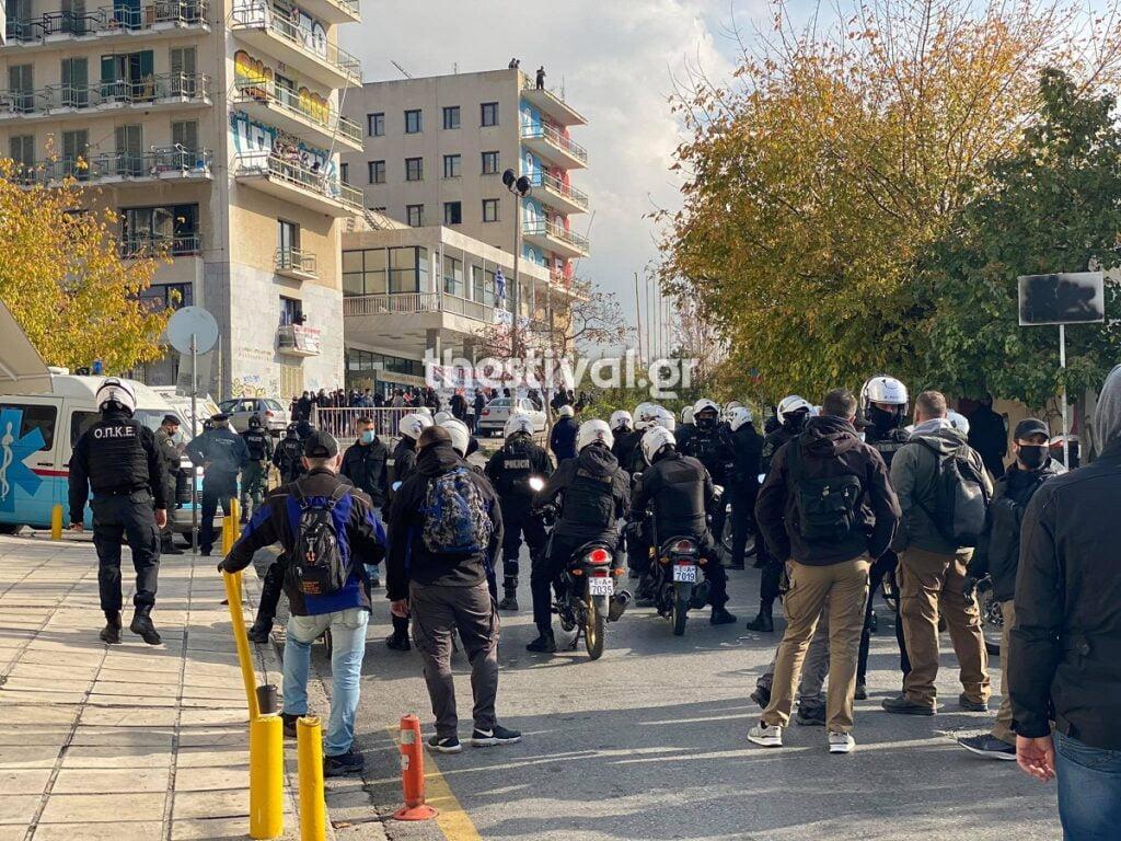 ΤΩΡΑ στη Θεσσαλονίκη: Αντιεξουσιαστές με κράνη και ρόπαλα στις φοιτητικές εστίες – Επί ποδός η Αστυνομία (video), φωτογραφία-1