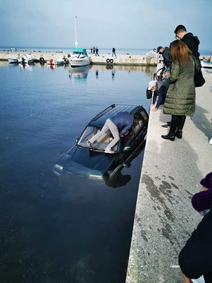 """Θεσσαλονίκη: Αυτοκίνητο """"βούτηξε"""" στη θάλασσα (φωτο), φωτογραφία-2"""