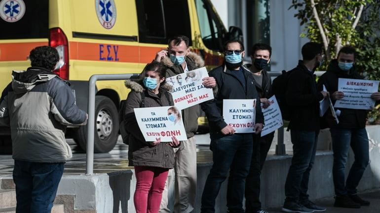 """Διαμαρτυρία υγειονομικών στον """"Ευαγγελισμό"""" την ώρα που πραγματοποιούνταν οι πρώτοι εμβολιασμοί"""
