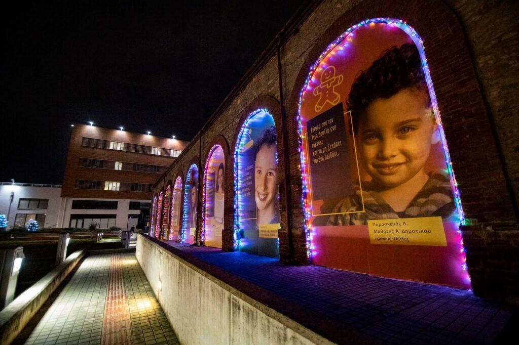 Θεσσαλονίκη: Με παιδικές ευχές στολίστηκε το κτήριο της Περιφέρειας για τις γιορτές (φωτο), φωτογραφία-1