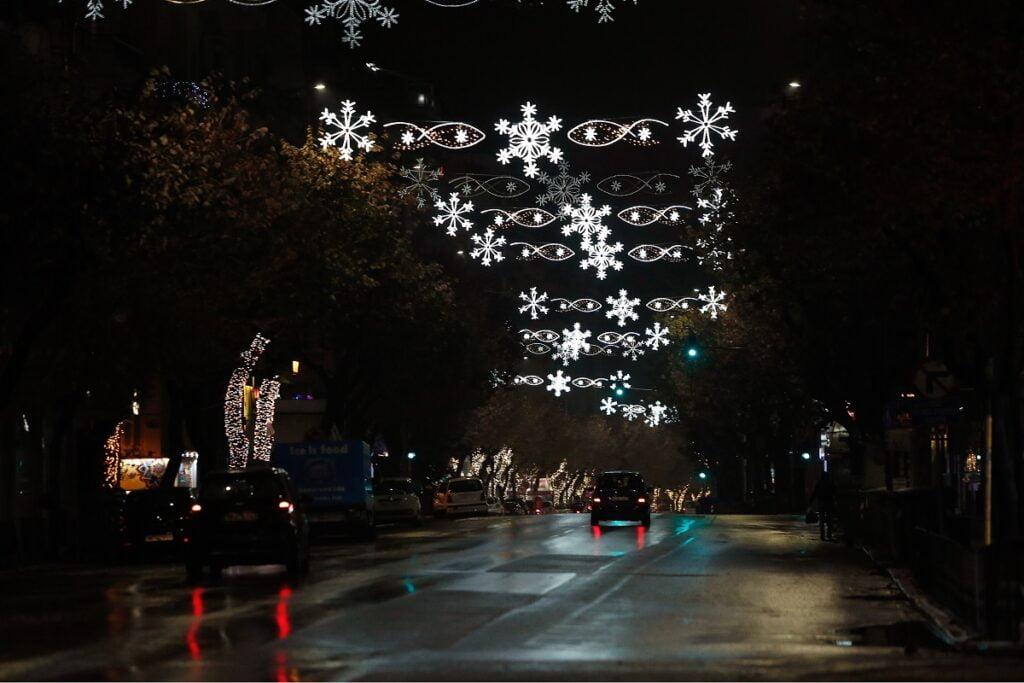 Η Θεσσαλονίκη φόρεσε τα γιορτινά της – Άναψαν τα λαμπιόνια στην Τσιμισκή, φωτογραφία-1