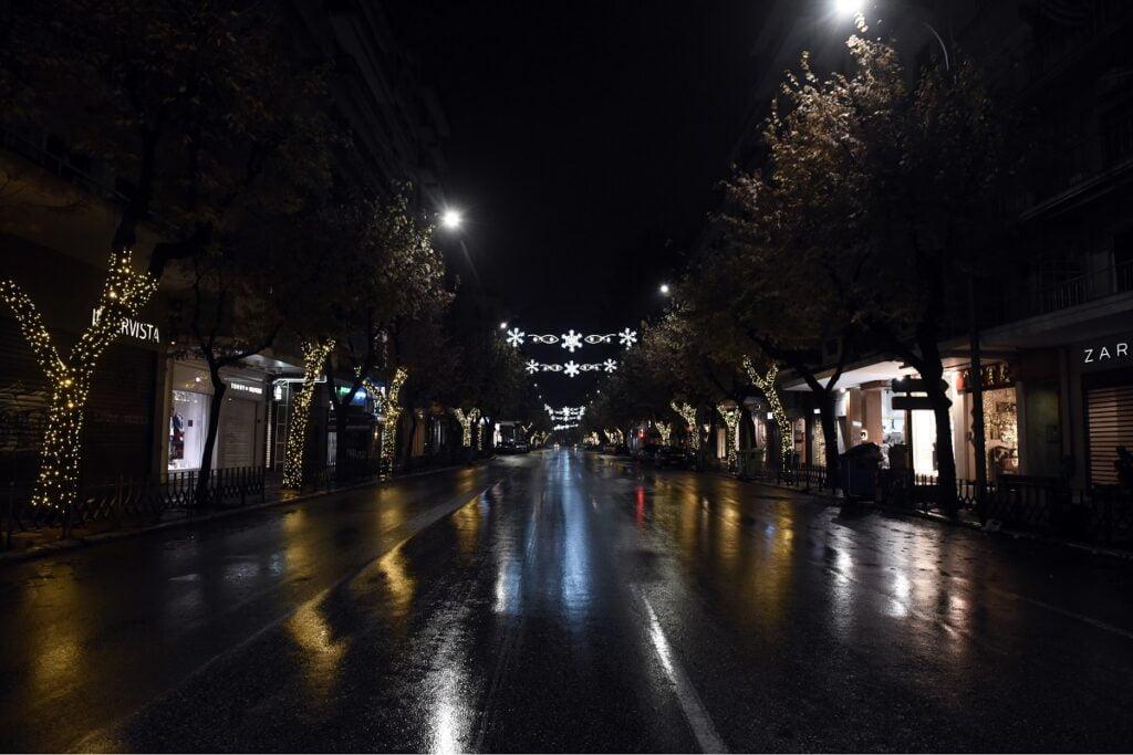 Η Θεσσαλονίκη φόρεσε τα γιορτινά της – Άναψαν τα λαμπιόνια στην Τσιμισκή, φωτογραφία-2