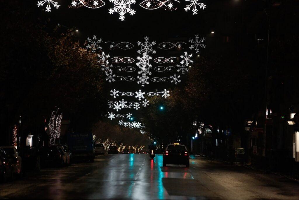 Η Θεσσαλονίκη φόρεσε τα γιορτινά της – Άναψαν τα λαμπιόνια στην Τσιμισκή, φωτογραφία-3