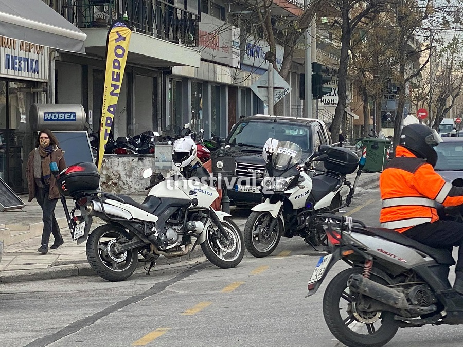 ΠΡΙΝ ΛΙΓΟ στη Θεσσαλονίκη: Ανταλλαγή Πυροβολισμών στη μέση του δρόμου - Τραυματίες διέφυγαν (pics, video)