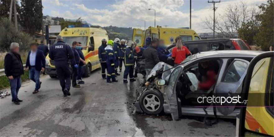 Καραμπόλα με πέντε τραυματίες και εγκλωβισμένους στα οχήματα (pics)