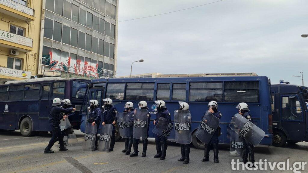 ΤΩΡΑ: Μπλόκο των ΜΑΤ στη φοιτητική πορεία – Εμποδίστηκε η είσοδός τους στο ΑΠΘ (video), φωτογραφία-1