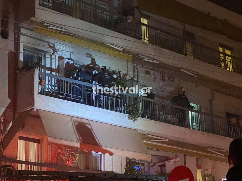 ΠΡΙΝ ΛΙΓΟ στη Θεσσαλονίκη: Φωτιά σε διαμέρισμα – Την έσβησαν αστυνομικοί με πυροσβεστήρες (video)