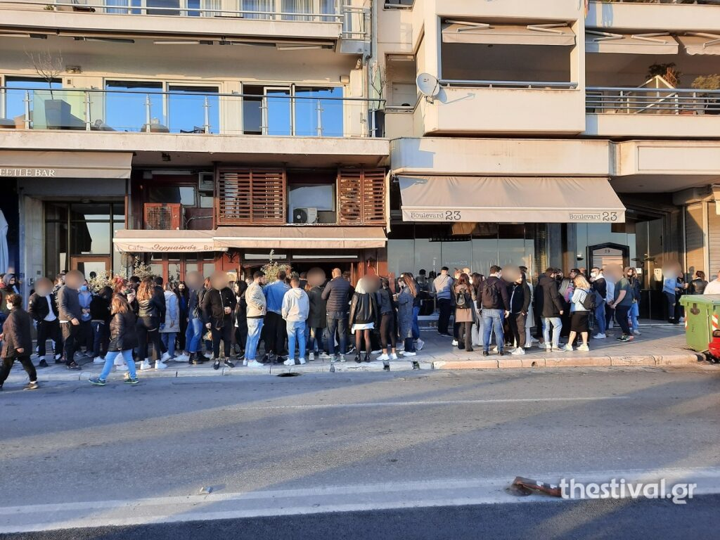 Θεσσαλονίκη: Χαμός έξω από μπαράκια του κέντρου – Επέμβαση δεκάδων αστυνομικών (pics, video)