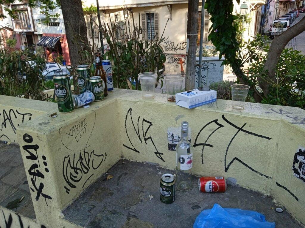 """Άνω Πόλη: Σε απόγνωση οι κάτοικοι στην Πλ. Καλλιθέας – """"Πίνουν, ρημάζουν και αφοδεύουν όπου βρουν"""", φωτογραφία-2"""