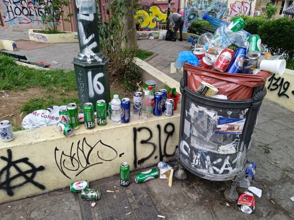 """Άνω Πόλη: Σε απόγνωση οι κάτοικοι στην Πλ. Καλλιθέας – """"Πίνουν, ρημάζουν και αφοδεύουν όπου βρουν"""", φωτογραφία-3"""