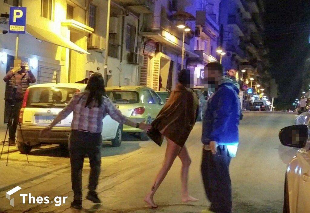 Θεσσαλονίκη: Γυναίκα έβγαλε τα ρούχα της και βγήκε σε κεντρικό δρόμο (pics)