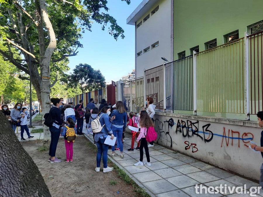 Θεσσαλονίκη: Επέστρεψαν στα θρανία με μάσκες και self tests οι μαθητές, φωτογραφία-2