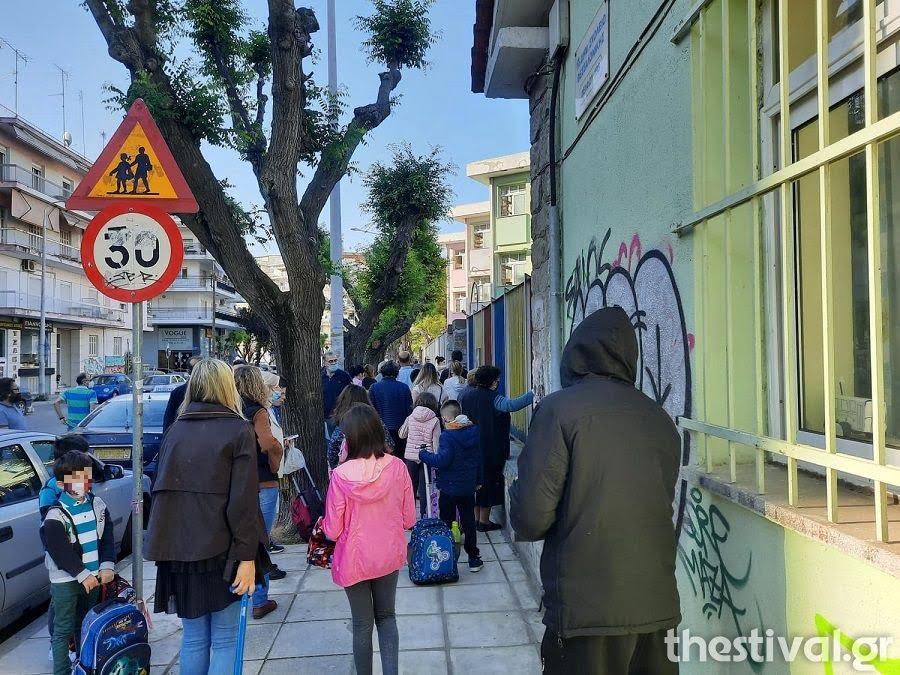 Θεσσαλονίκη: Επέστρεψαν στα θρανία με μάσκες και self tests οι μαθητές, φωτογραφία-3