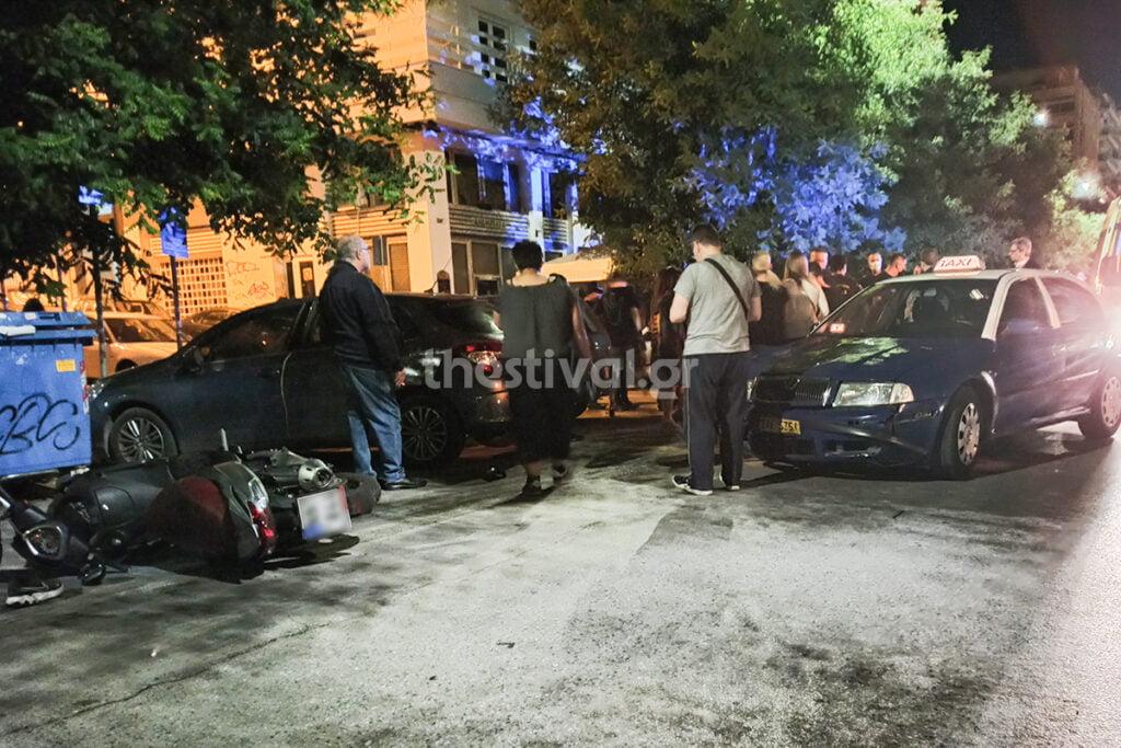 Θεσσαλονίκη: Ταξί παρέσυρε μηχανάκι με νεαρούς που βγήκαν από μονόδρομο (φωτο)