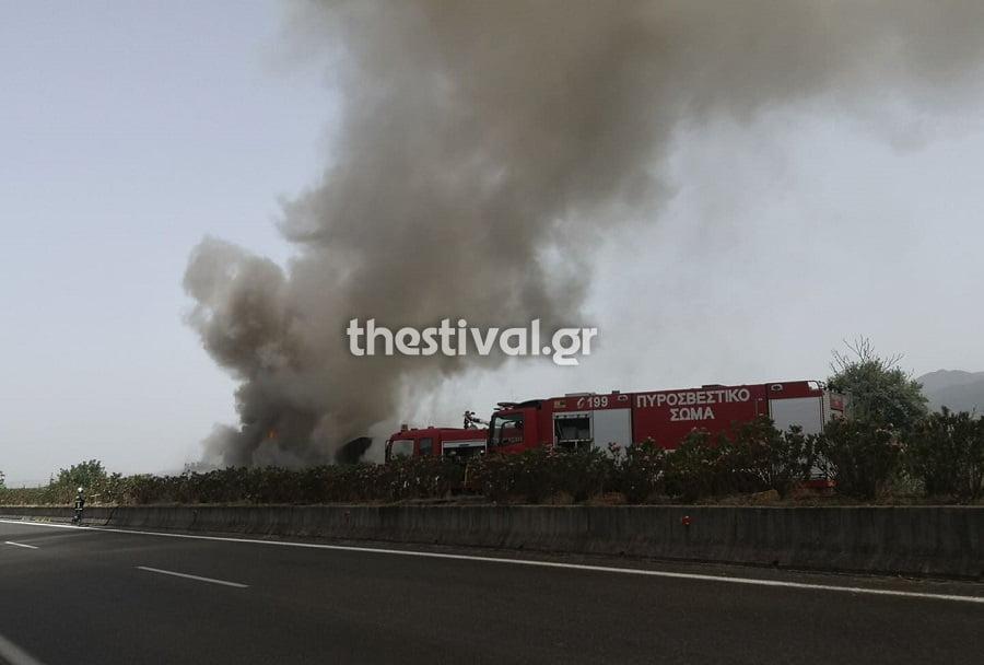 ΠΡΙΝ ΛΙΓΟ: Νταλίκα τυλίχθηκε στις φλόγες στην Εγνατία Οδό έξω από την Βέροια (φωτο)